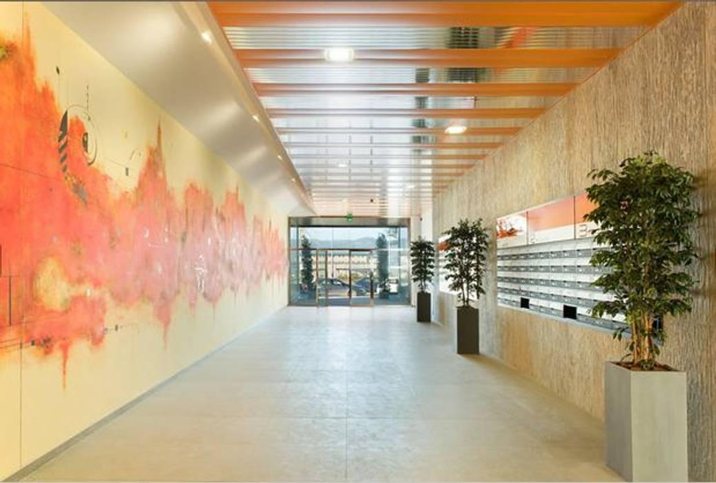 ABAD Y COTONER, S.L. Modern Corridor, Hallway and Staircase Orange