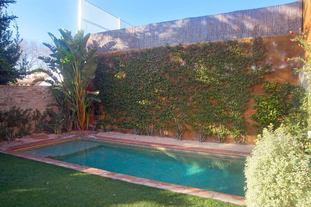 Jardins mediterrâneos por Brick Serveis d'Interiorisme S.L. Mediterrâneo