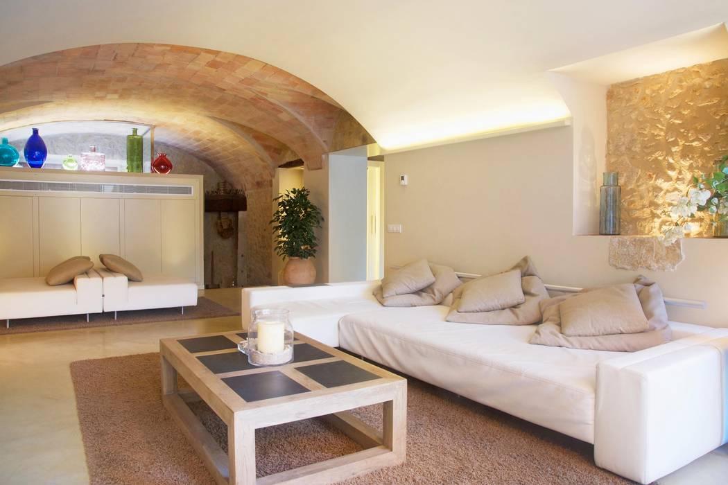 Phòng khách phong cách Địa Trung Hải bởi Brick Serveis d'Interiorisme S.L. Địa Trung Hải