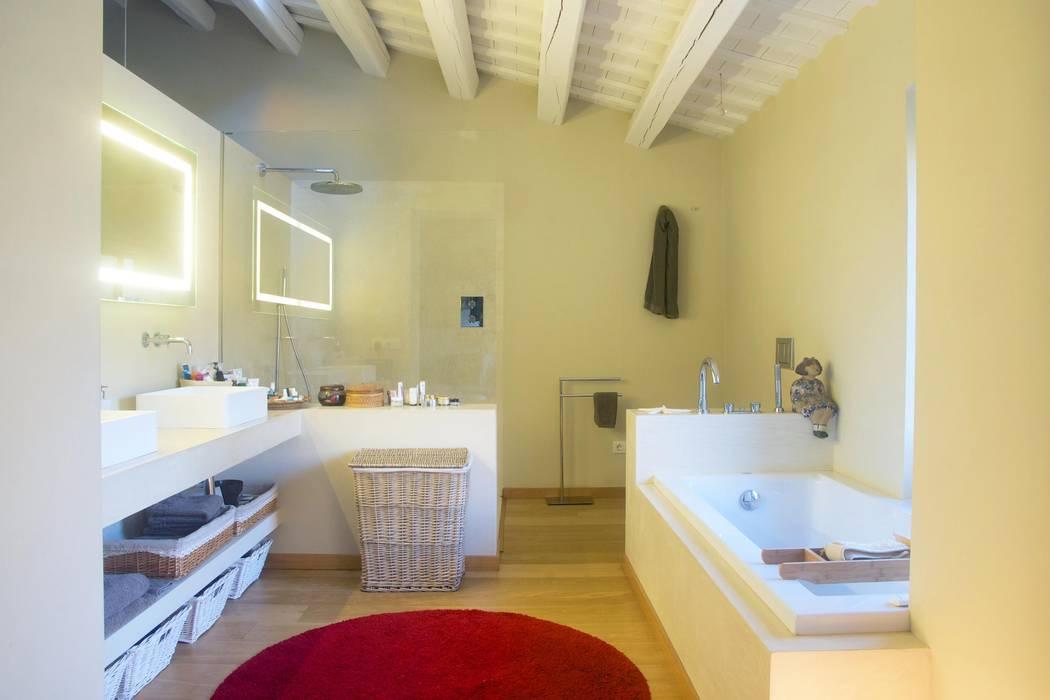 Baños de estilo mediterráneo de Brick Serveis d'Interiorisme S.L. Mediterráneo