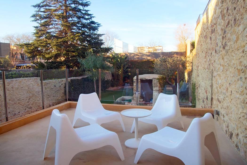 Терраса в средиземноморском стиле от Brick Serveis d'Interiorisme S.L. Средиземноморский