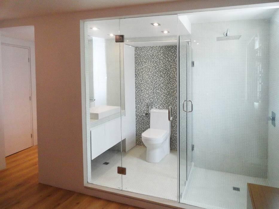 . Baños de estilo minimalista de RRA Arquitectura Minimalista Vidrio