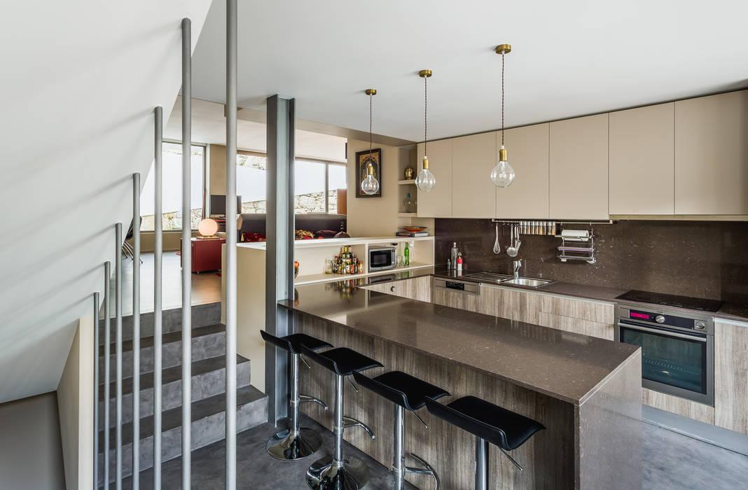 現代廚房設計點子、靈感&圖片 根據 XYZ Arquitectos Associados 現代風