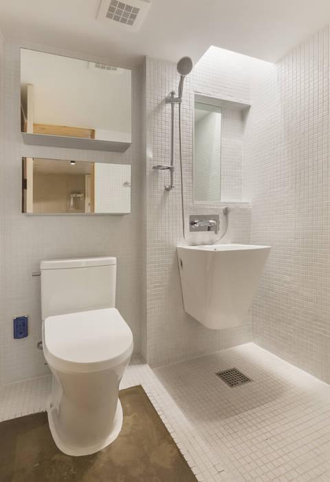 Woonam Urban Housing: Strakx associates 의  욕실,모던