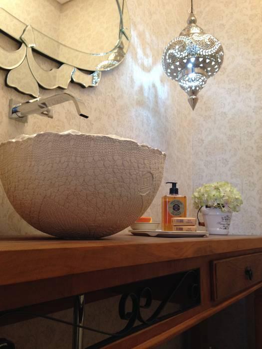 Baños de estilo moderno de Laura Picoli Moderno Porcelana