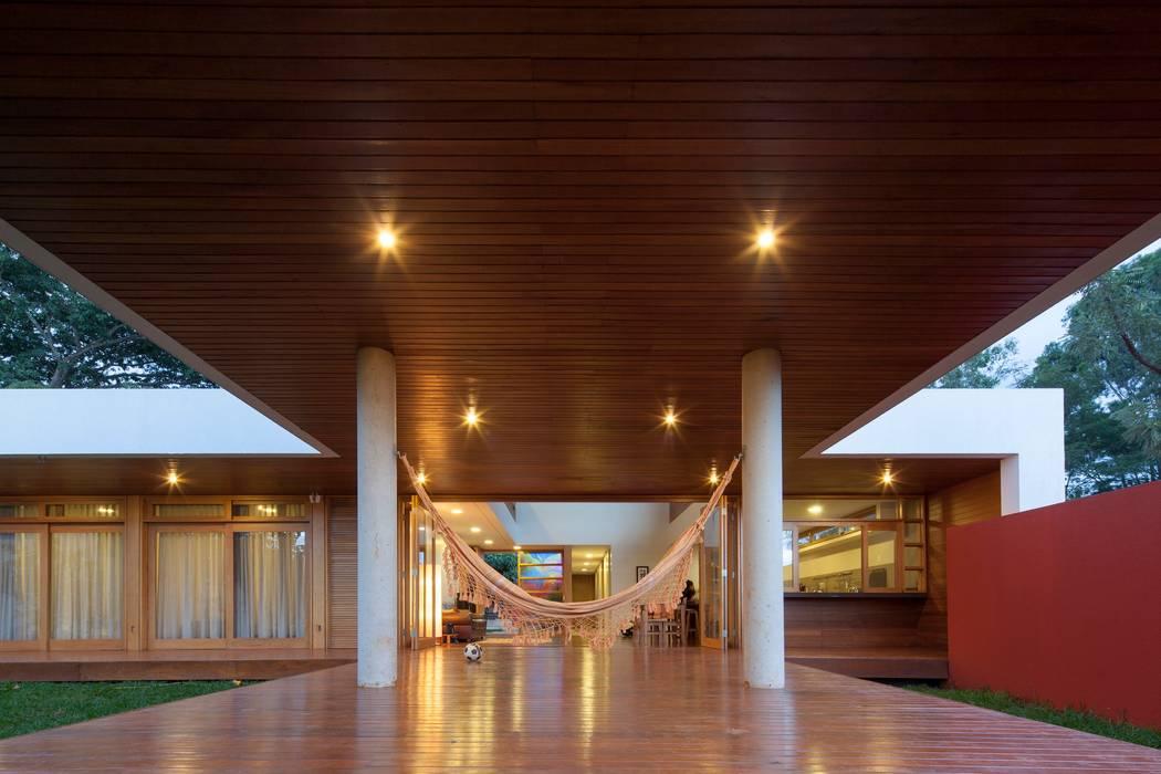 Casa da Copaíba - Projeto: Fabiano Sobreira - MGS - Macedo, Gomes & Sobreira Varandas, alpendres e terraços modernos por MGS - Macedo, Gomes & Sobreira Moderno