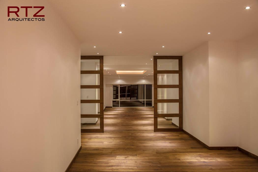 Puerta plegadiza para dividir cuartos Paredes y pisos de estilo moderno de RTZ-Arquitectos Moderno
