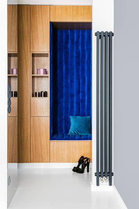 Ayuko Studio Minimalist corridor, hallway & stairs Wood Blue