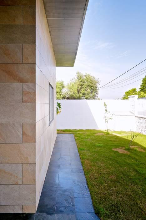 Jardín delantero Sánchez-Matamoros | Arquitecto Jardines de estilo moderno Cerámico Beige