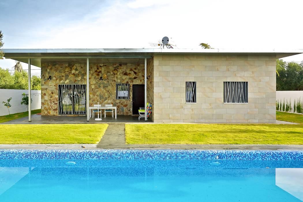 Jardín trasero y piscina Jardines de estilo moderno de Sánchez-Matamoros | Arquitecto Moderno Cerámico