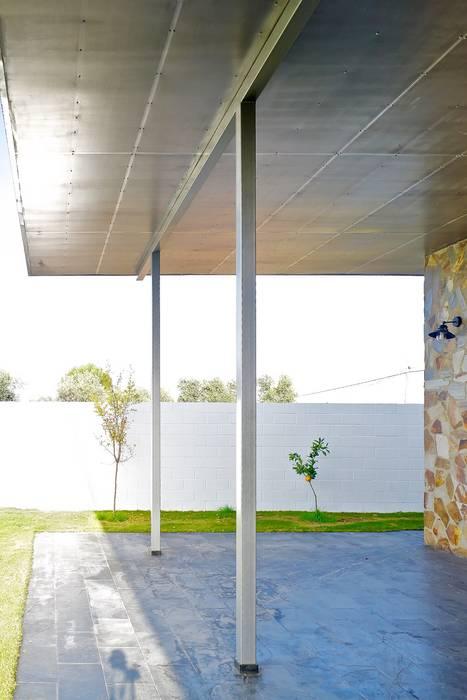 Porche trasero Sánchez-Matamoros   Arquitecto Balcones y terrazas de estilo moderno Hierro/Acero Metálico/Plateado