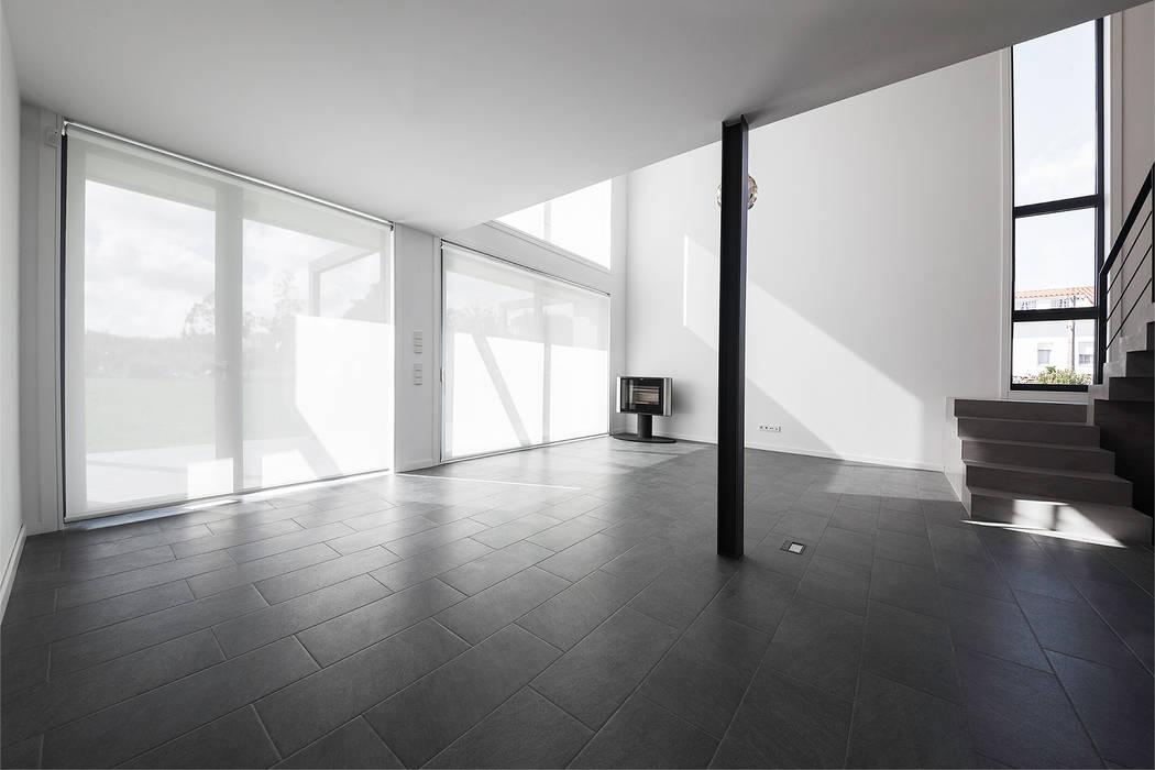 Vivienda en Mugardos AD+ arquitectura Salones de estilo moderno Cerámico Gris
