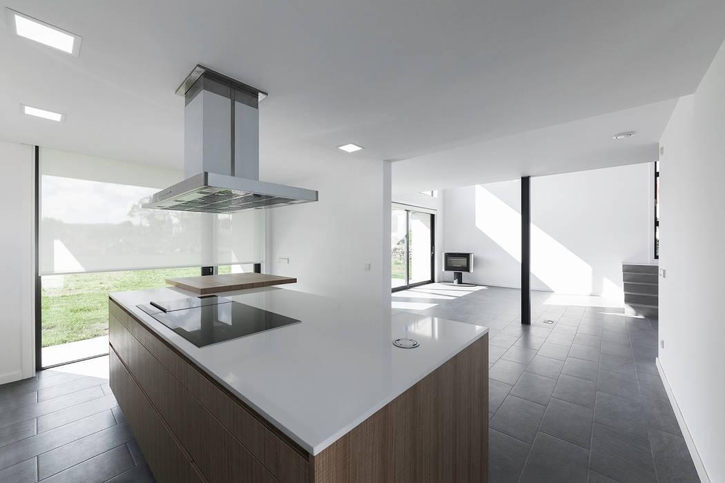 Vivienda en Mugardos AD+ arquitectura Cocinas integrales Cerámico Blanco