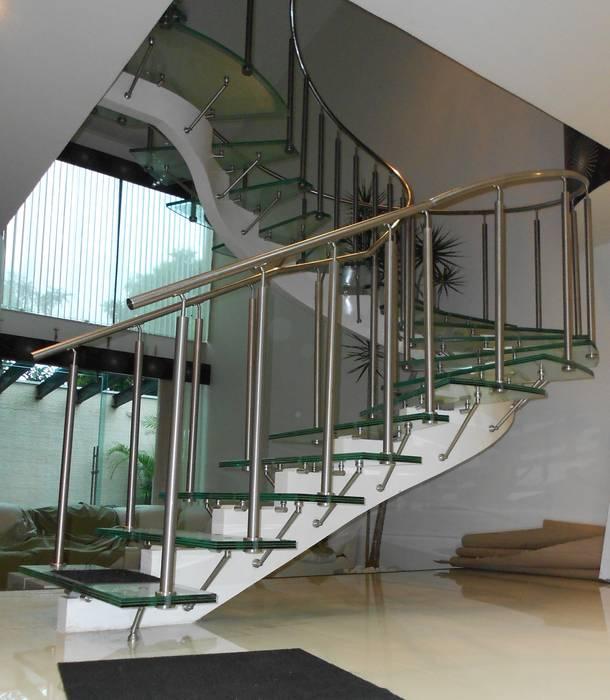 Escalera de Cristal Laminado con Pasamanos y Herrajes de Acero Inoxidable - Vista 2 Pasillos, vestíbulos y escaleras modernos de INGENIERIA Y DISEÑO EN CRISTAL, S.A. DE C.V. Moderno Vidrio