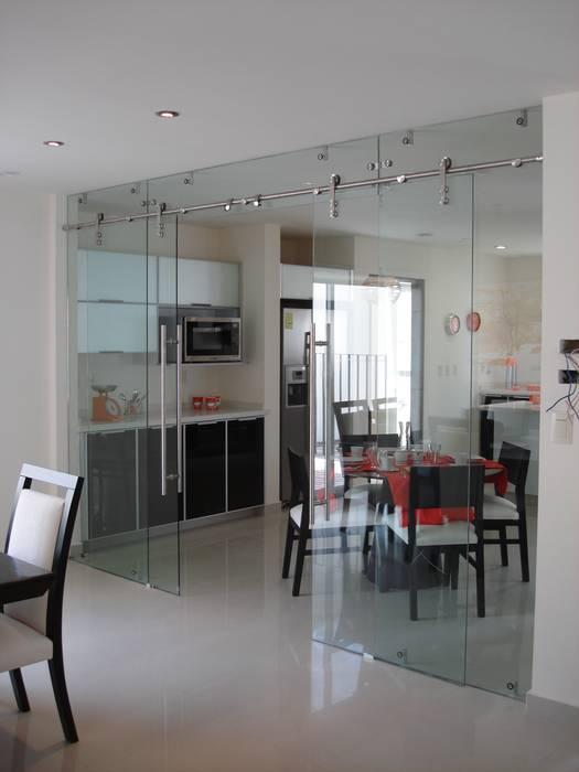 Cancel Corredizo con Cristal Templado y Sistema Manet marca DORMA: Cocinas de estilo  por INGENIERIA Y DISEÑO EN CRISTAL, S.A. DE C.V.