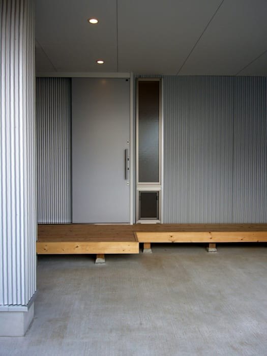 Modern Corridor, Hallway and Staircase by 小形徹*小形祐美子 プラス プロスペクトコッテージ 一級建築士事務所 Modern Iron/Steel