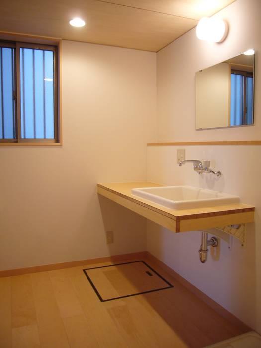 Modern bathroom by 小形徹*小形祐美子 プラス プロスペクトコッテージ 一級建築士事務所 Modern Wood Wood effect
