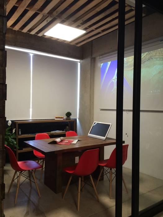 Sala de Juntas de VICTORIA PLASENCIA INTERIORISMO Moderno Derivados de madera Transparente