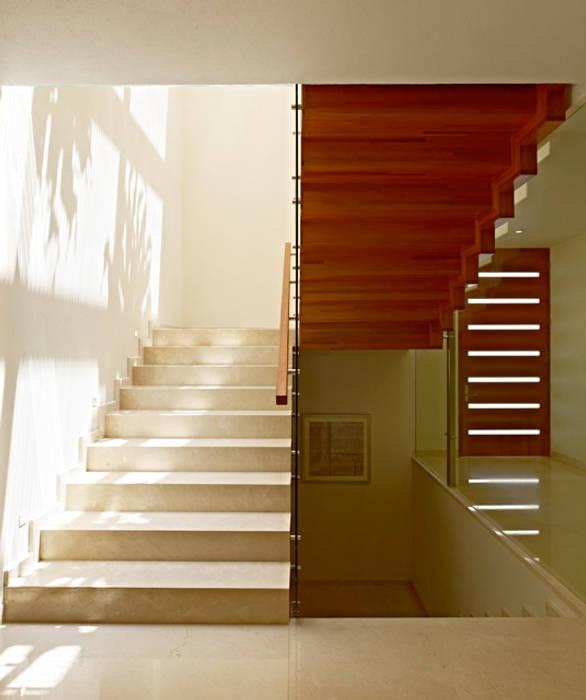 Escaleras de homify Moderno Madera Acabado en madera