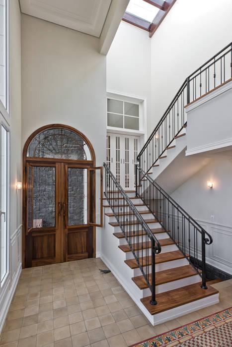Couloir, entrée, escaliers classiques par UNION Architectural Concept Classique Bois massif Multicolore