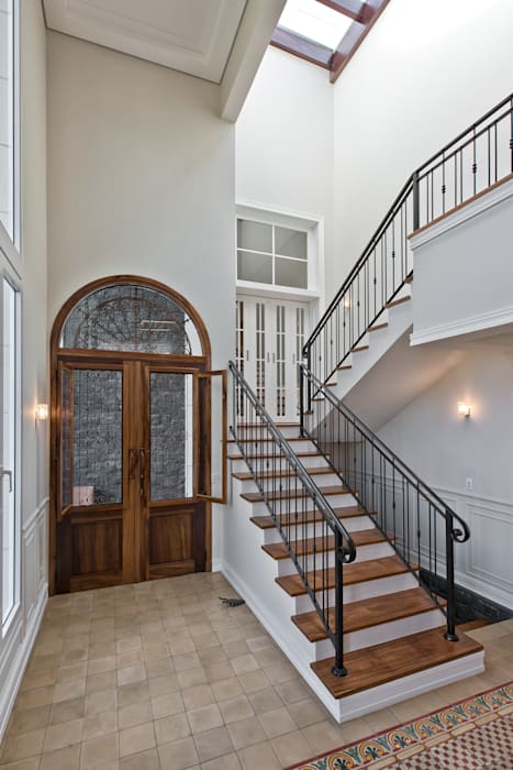 HALL SOCIAL Corredores, halls e escadas clássicos por UNION Architectural Concept Clássico Madeira maciça Multicolor