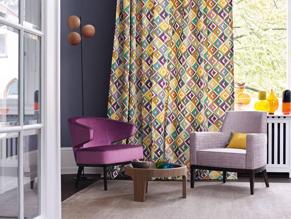 Tenda d\'arredo e poltroncine: soggiorno in stile in stile moderno di ...