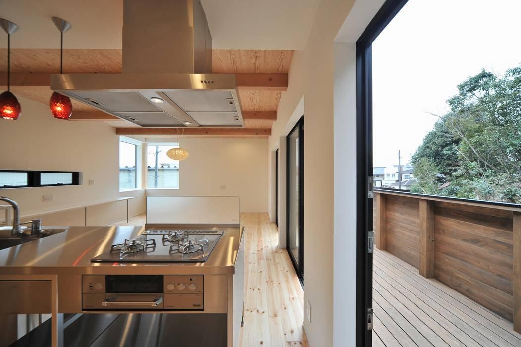Salas de estar  por 若山建築設計事務所