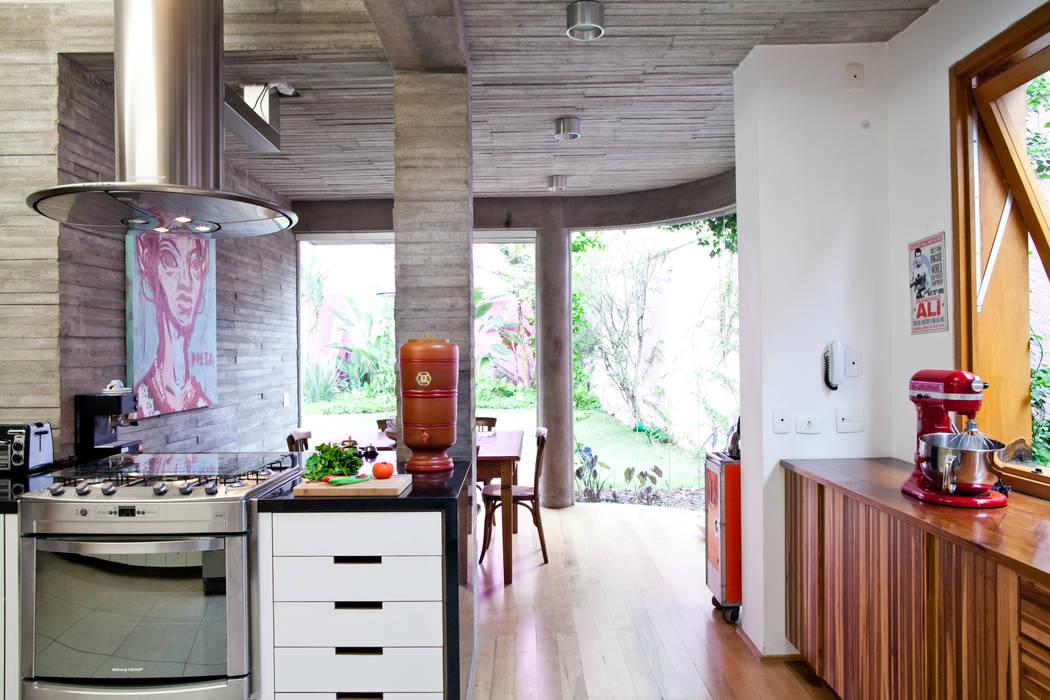 Modern kitchen by Estúdio Paulo Alves Modern