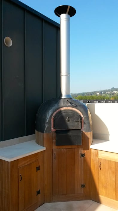 Lead clad wood-fired oven with worktops and cupboards Balcones y terrazas modernos de wood-fired oven Moderno