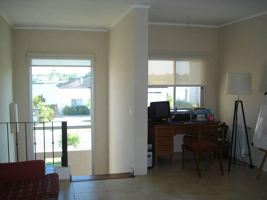 Hall 1º piso y escritorio: Pasillos y recibidores de estilo  por Fainzilber Arqts.,Rústico