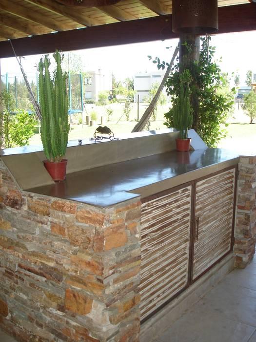 Barra de apoyo parrilla: Jardines de invierno de estilo  por Fainzilber Arqts.,Rústico