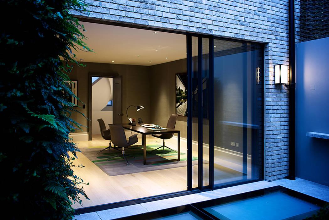 The Office from the back garden at Bedford Gardens House. Studio moderno di Nash Baker Architects Ltd Moderno Legno Effetto legno