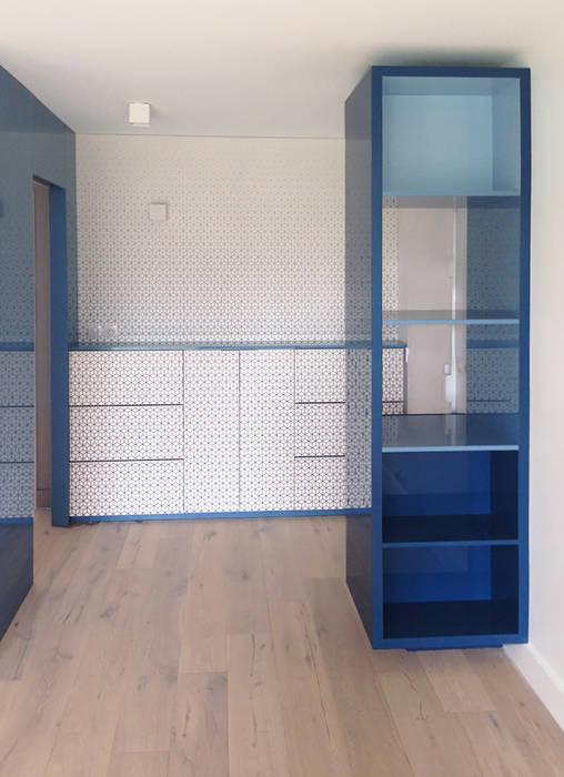 Meuble sur-mesure: Couloir et hall d'entrée de style  par Bénédicte Montussac