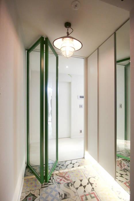 Pasillos, vestíbulos y escaleras de estilo moderno de 홍예디자인 Moderno