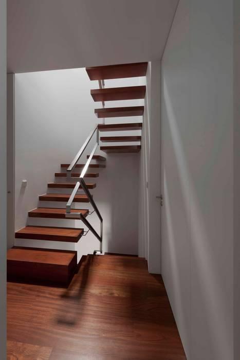 Casa em Matosinhos II Pasillos, vestíbulos y escaleras de estilo moderno de Jorge Domingues Arquitectos Moderno