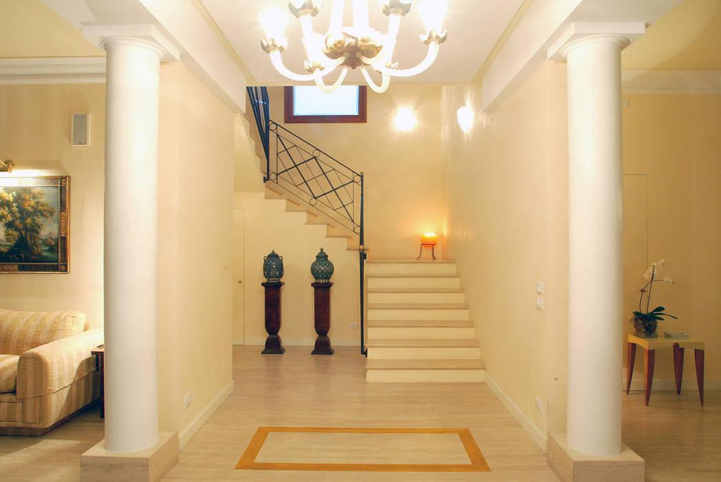 scala: Soggiorno in stile in stile Classico di bilune studio