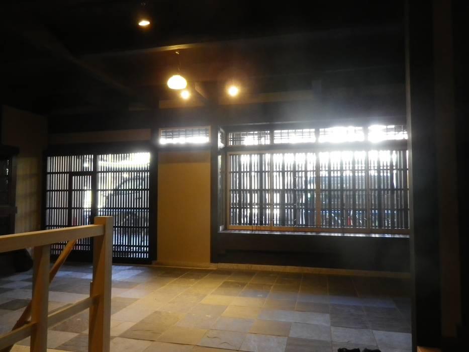 Pasillos, hall y escaleras de estilo asiático de 末川協建築設計事務所 Asiático