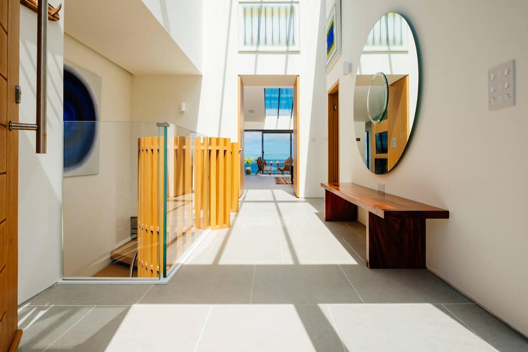 Gwel an Treth Коридор, прихожая и лестница в модерн стиле от Perfect Stays Модерн