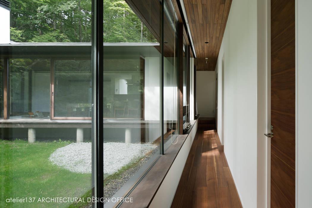 廊下~037軽井沢 I さんの家 モダンスタイルの 玄関&廊下&階段 の atelier137 ARCHITECTURAL DESIGN OFFICE モダン ガラス
