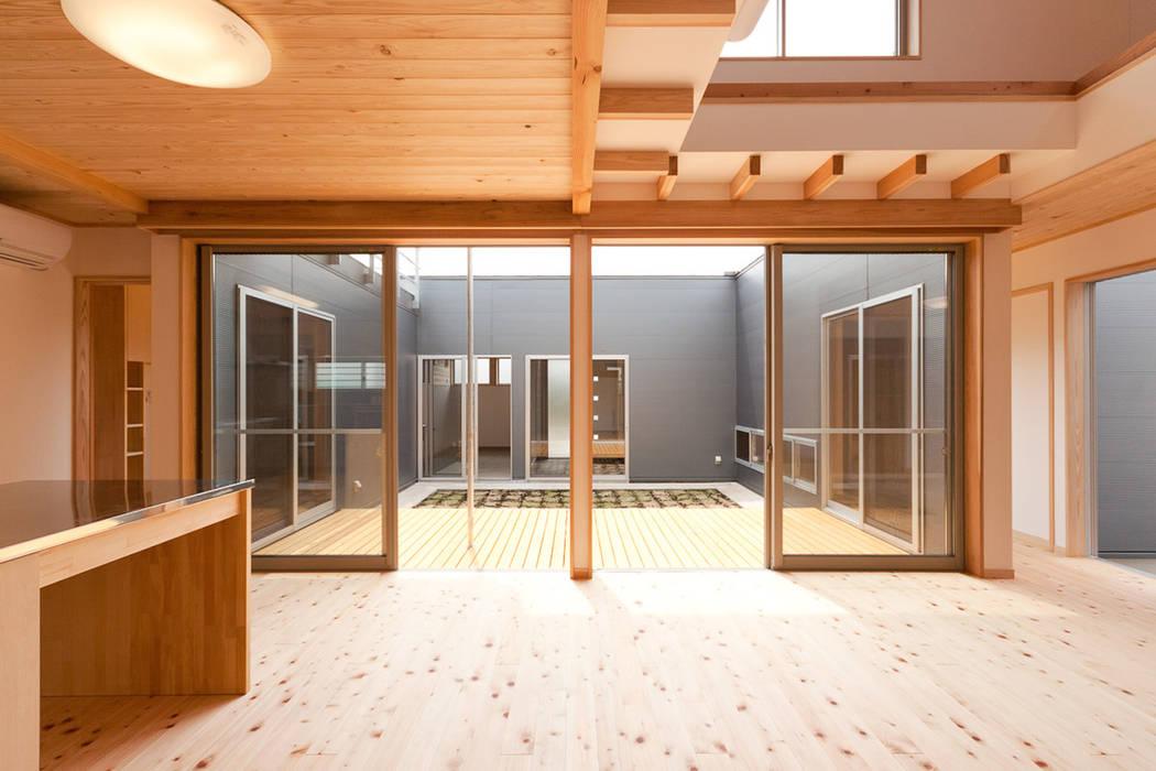 Salones de estilo ecléctico de 有限会社 宮本建築アトリエ Ecléctico