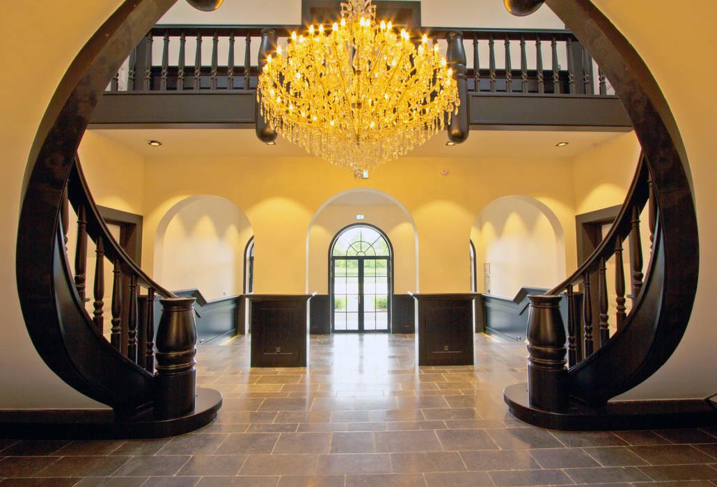 Wenteltrappen Renaissance Klassieke gangen, hallen & trappenhuizen van homify Klassiek