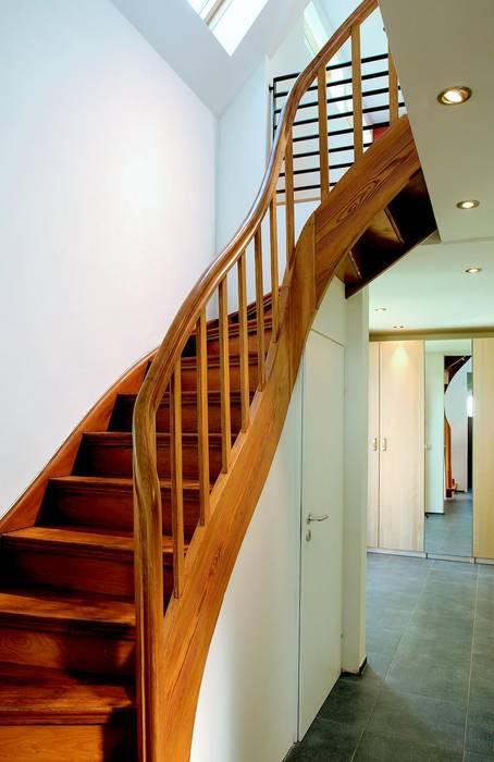 Holztreppe:  Flur & Diele von Elkin + Brombach Architekten