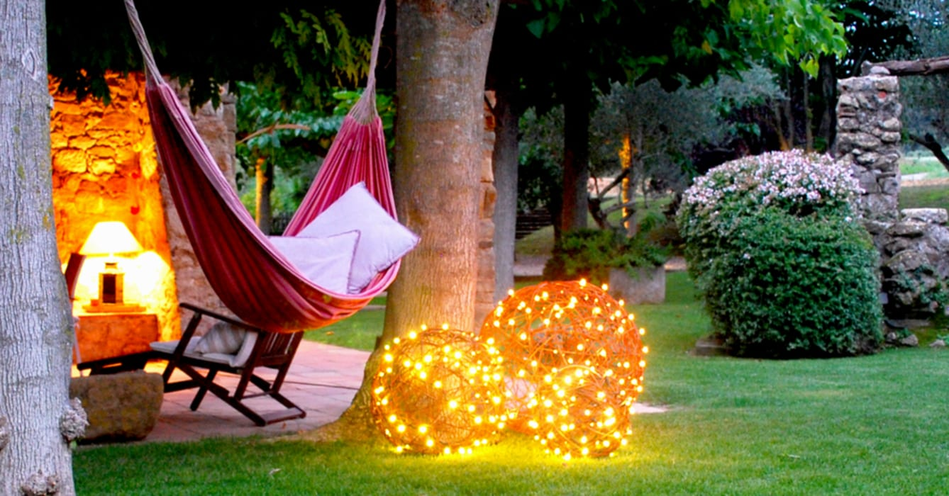 Bolas decorativas naturales con luz led. En el jardín.: Jardín de estilo  de OutSide BCN LED Lighting,
