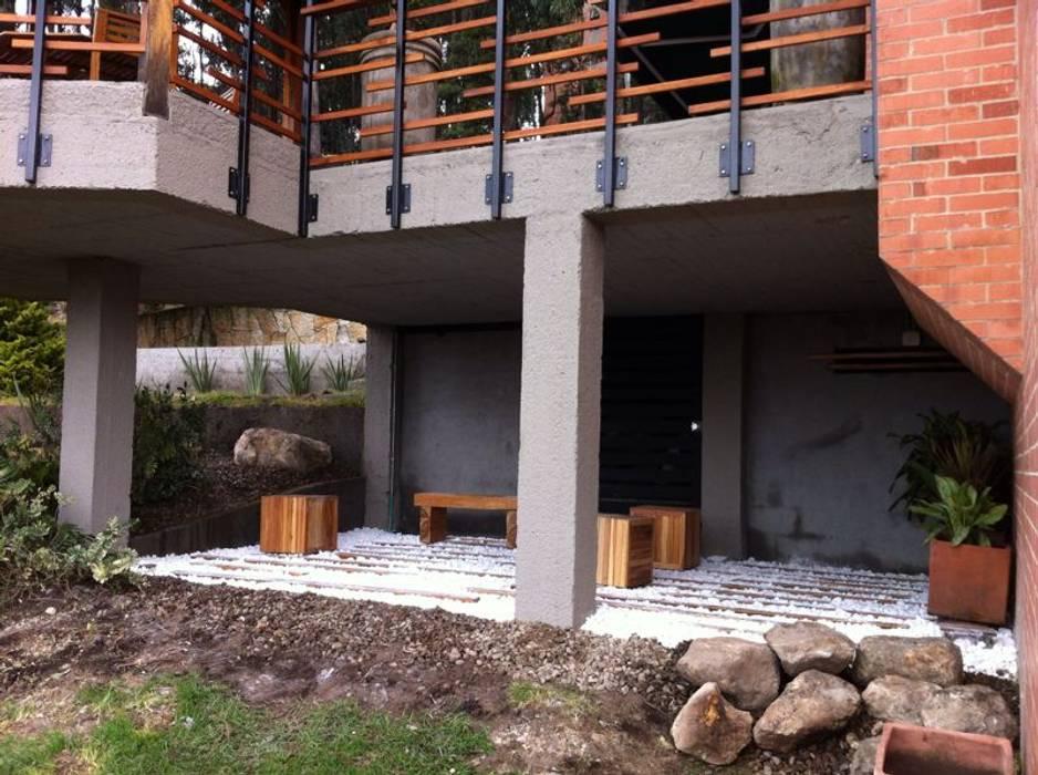 Terraza inferior Gazzebo B17 después de remodelacion Balcones y terrazas de estilo minimalista de Vertice Oficina de Arquitectura Minimalista Piedra