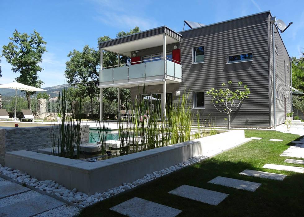 vista desde el jardín Casas de estilo moderno de Construir con Baufritz Moderno Madera Acabado en madera