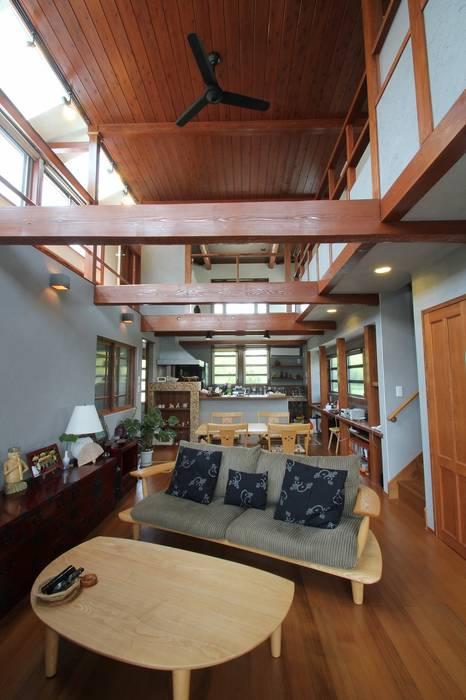 Rustic style living room by 大出設計工房 OHDE ARCHITECT STUDIO Rustic