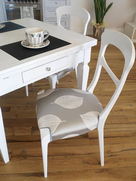 Comoda anche la sedia!: Cucina in stile in stile Mediterraneo di LA BOTTEGA DEL FALEGNAME