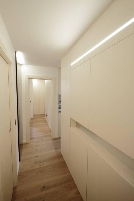 Pasillos y vestíbulos de estilo  de luigi bello architetto, Moderno