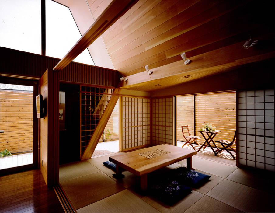リビングとフラットにつながる和室: 河原泰建築研究室が手掛けた折衷的なです。,オリジナル