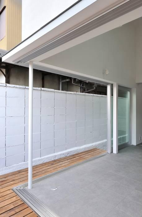Puertas y ventanas de estilo moderno de carve.建築設計 Moderno